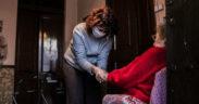 Treballadora de cures de gent gran
